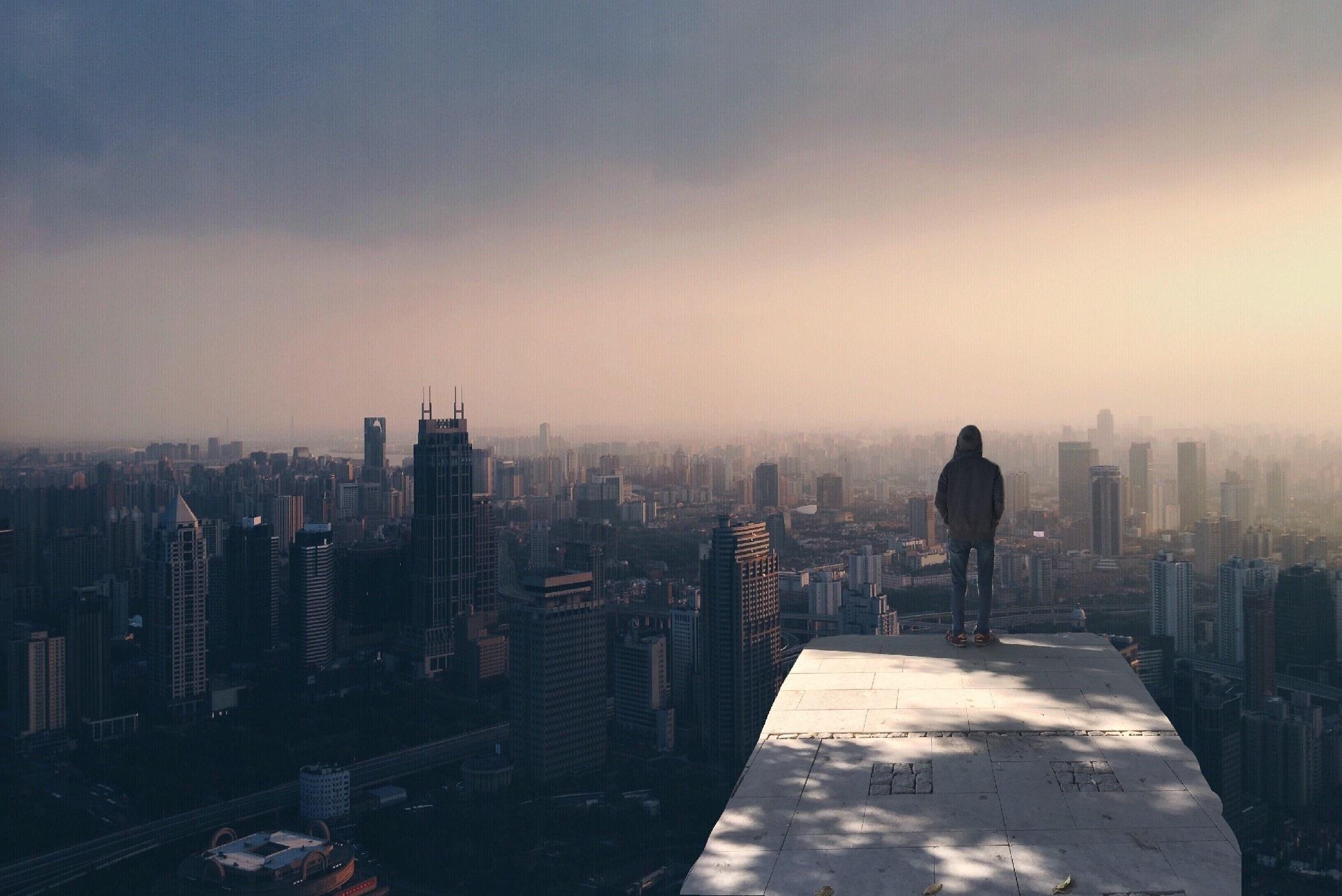 un homme dominant la ville pour illustrer la place du numérique dans la démocratie participative locale
