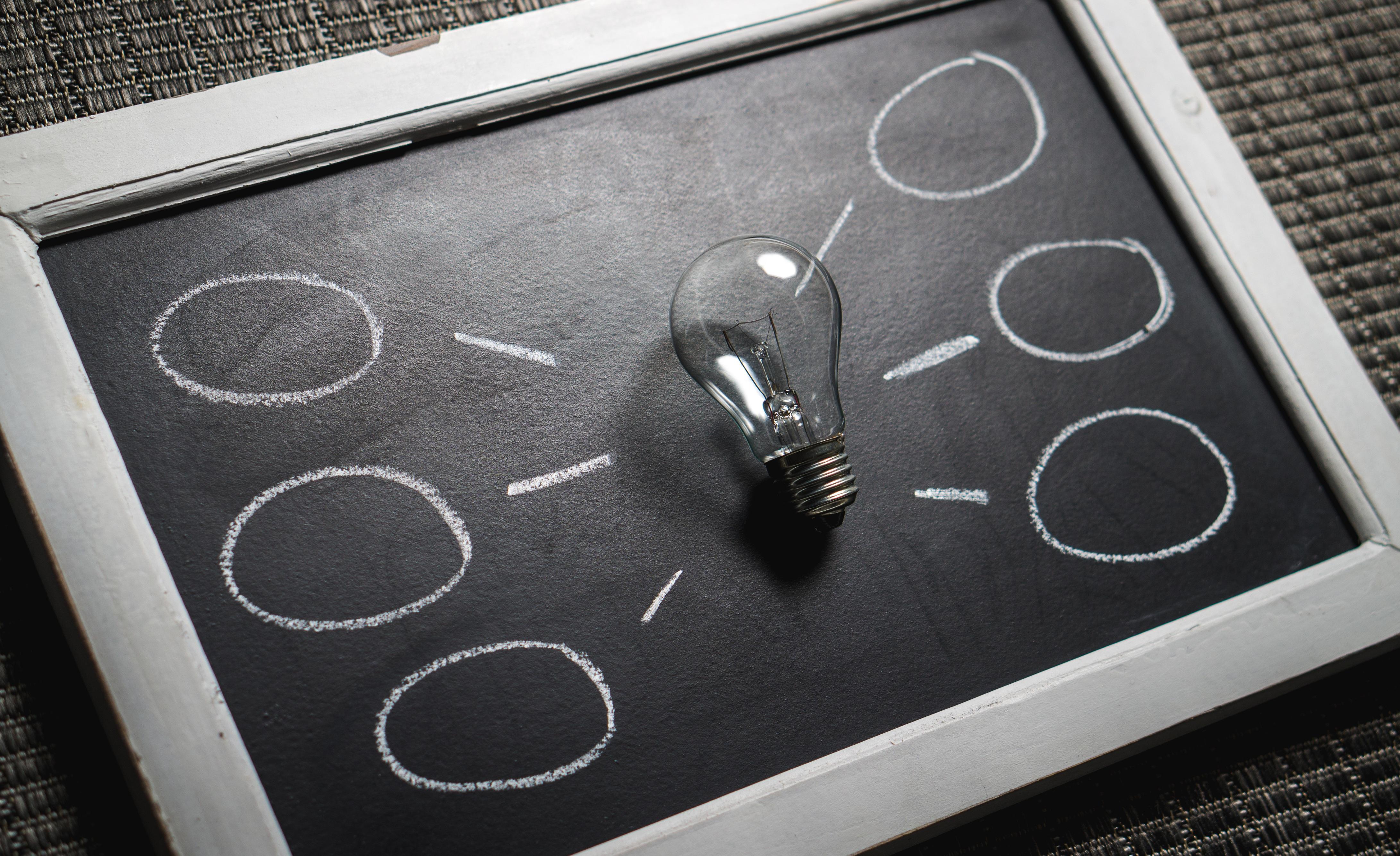 tableau noir avec lampe pour matérialiser l'intelligence collective