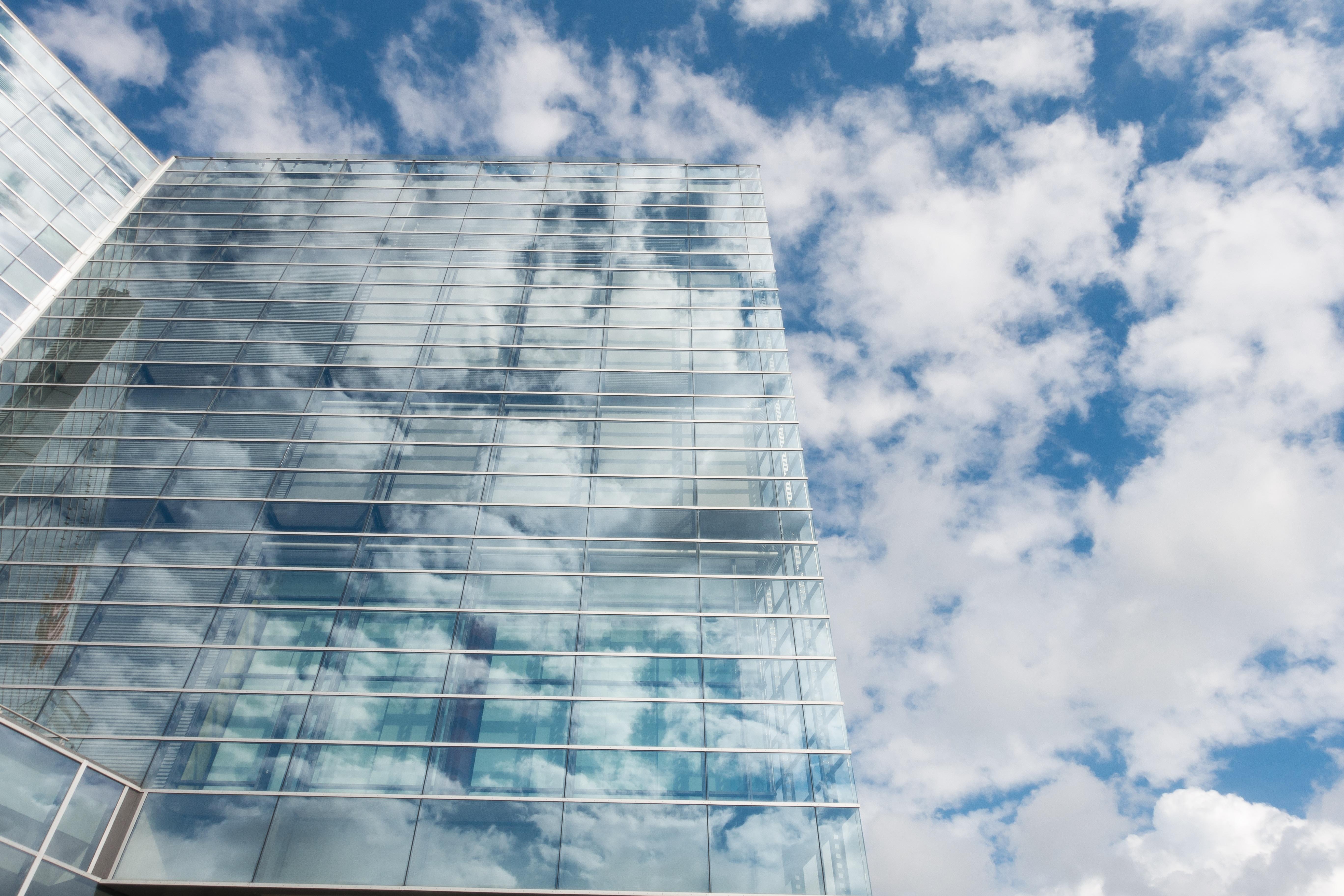 photo d'un bâtiment avec nuages pour illustrer la notion de transparence et de confiance dans le rapport élu citoyen