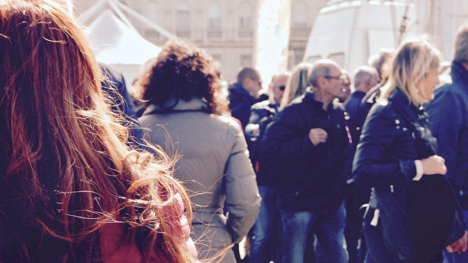 photo d'une foule dans la rue illustrant la notion de consultation citoyenne