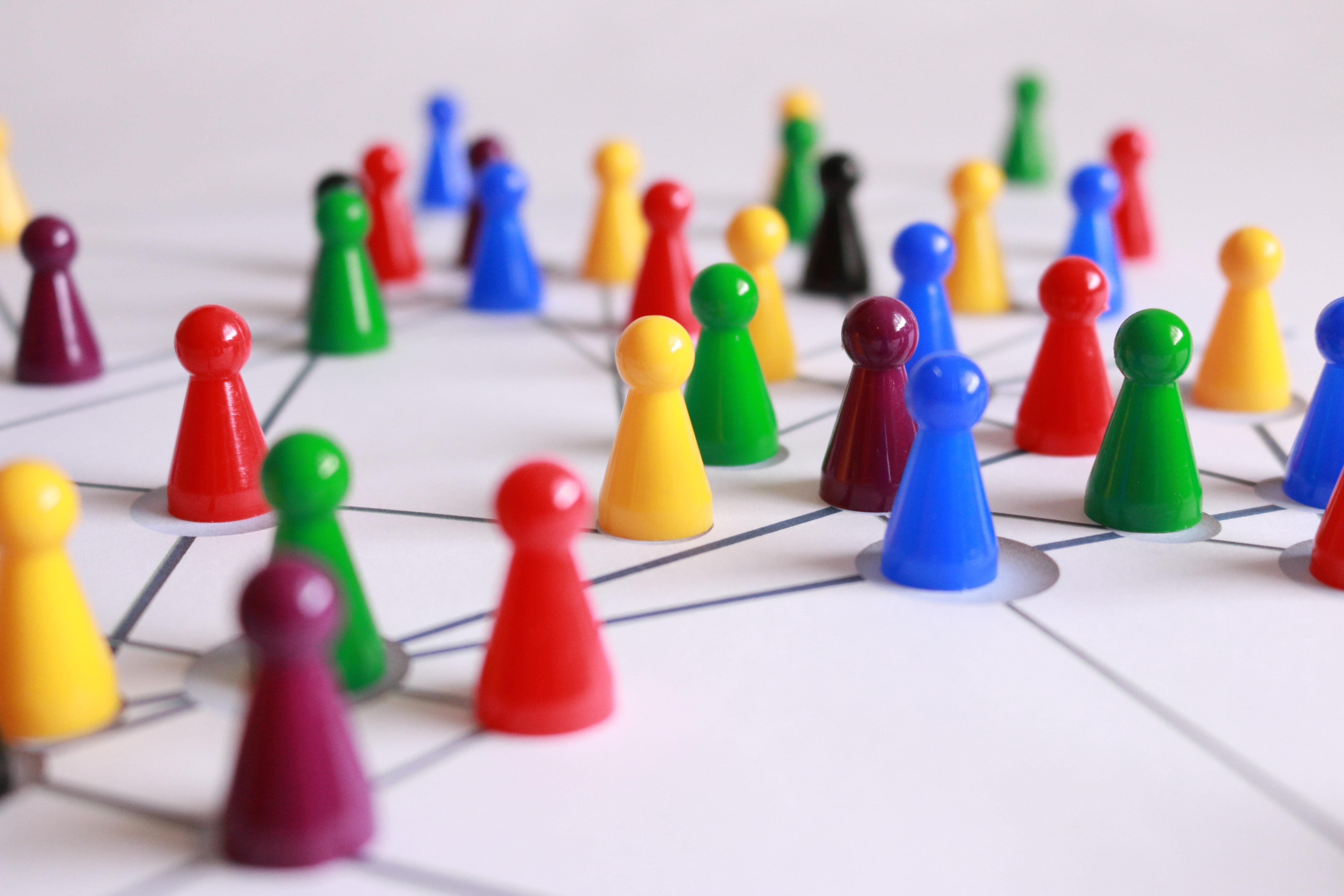 photo de pions sur une carte illustrant la notion de participation citoyenne